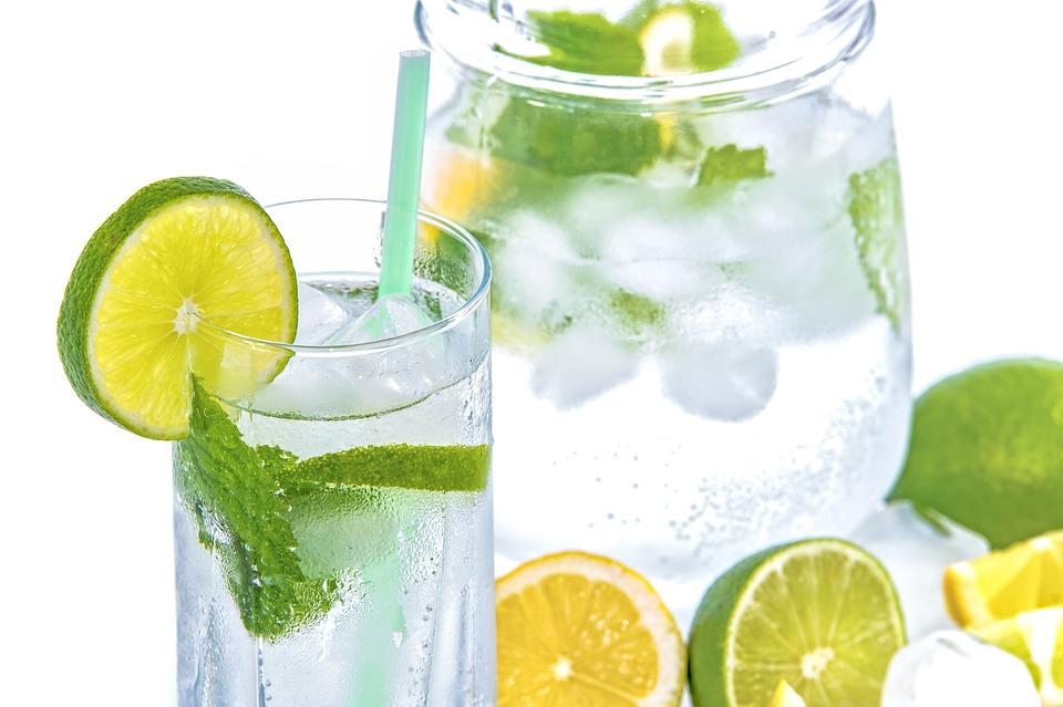 Estate: acque aromatizzate con frutta e verdura per combattere il caldo